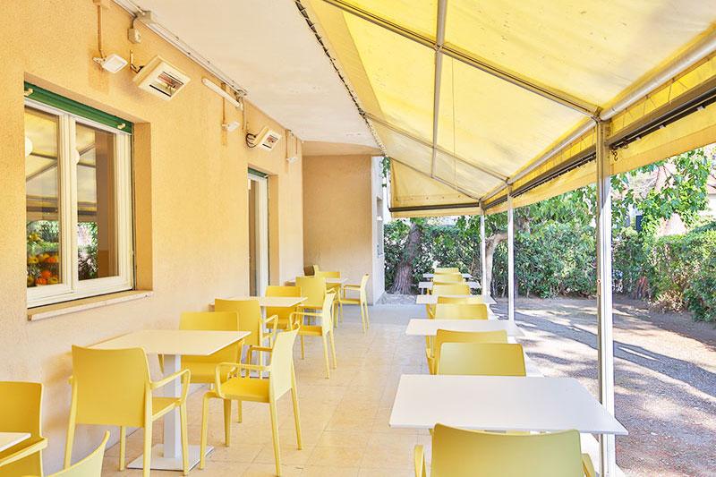 Tavolini esterni sotto veranda per colazione